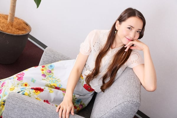 豊田エリー 笑顔 花柄