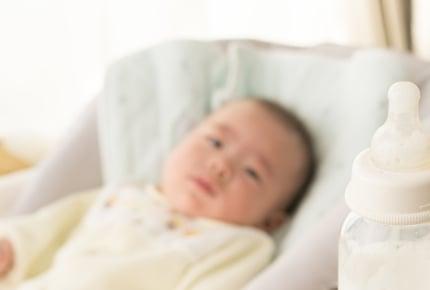 生後1か月の赤ちゃんが頻繁にミルクを飲みたがったら?「ミルクは3時間空ける」の理由