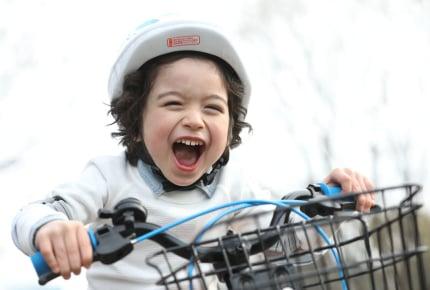 子どもの自転車デビューの年齢が「平均5.7歳→4.9歳」に!乗れるようになるコツは?