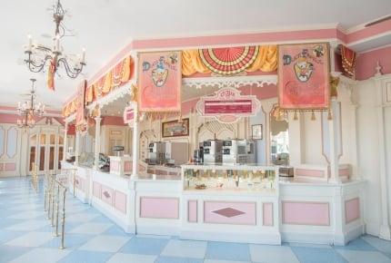 """東京ディズニーランドで好きな「チョコレートクランチ」が詰められるお店が期間限定オープン!「スーベニアスプーン」のもらえる""""アイスクリーム屋さん""""も登場"""