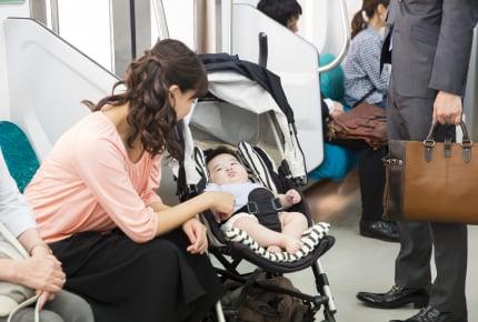 ベビーカーは電車やバスにどうやって乗せるべき?ママたちにできる「工夫」とは