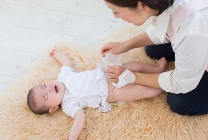 オムツのテープを止めようとすると赤ちゃんの足がピーン!と伸びるのって普通?