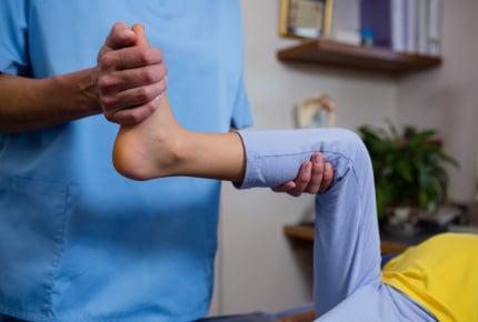 「膝が痛い」と夜中に泣き出す子ども……。「成長痛」の改善方法はある?