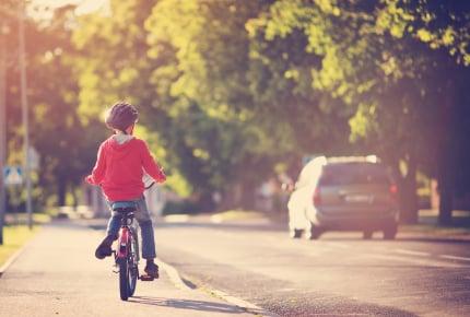 赤ちゃんを抱っこして自転車に乗ってはいけない!ママと子どもの安全のために自転車の交通ルールをおさらいしよう