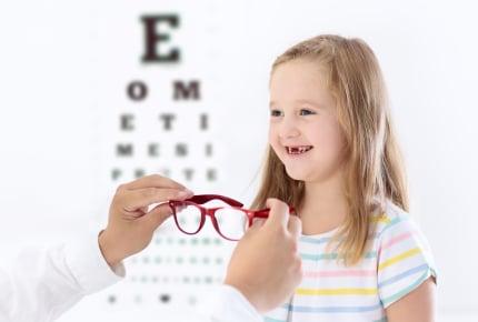 日常生活ではわかりにくい、子どもの視力。ママ友の子どもが視力検査で「再検査」になった話からの気づきとは?