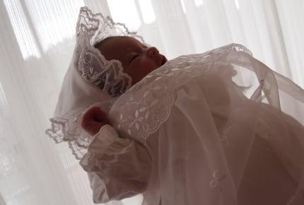 出産後の退院。赤ちゃんはじめての外出に「セレモニードレス」って着せた?