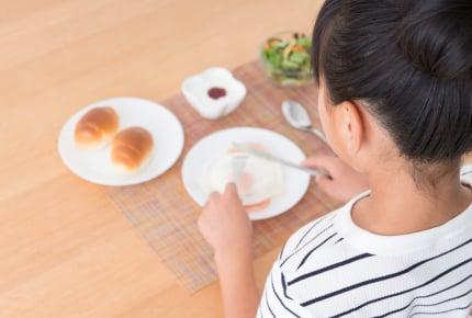 """朝食抜きの子どもに""""学校で朝ごはん""""を提供!「学校朝食」のモデル事業開始に賛否両論の声"""