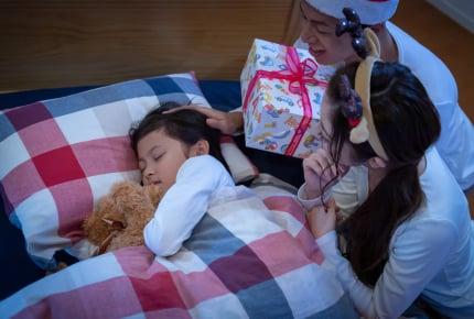 子どもへのクリスマスプレゼントの置き場は「枕元」ではない!?最近の定番とは?