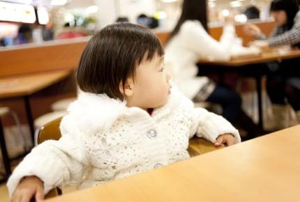 """レストランで2歳の子どもを席に残して両親はトイレへ。不特定多数の人が集まる場所での""""危険性""""とは"""