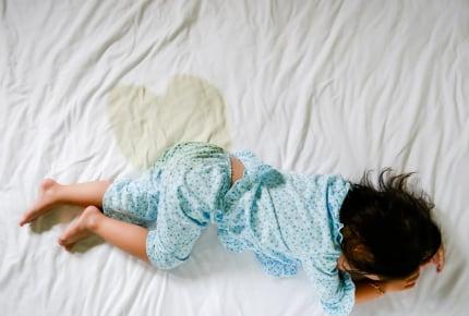 おねしょで濡れてしまった布団はどうしている?もしかして夜尿症かも……その目安とは?