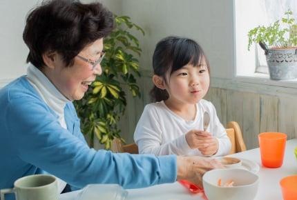 お餅、ガム、ハバネロスナック……義父母が乳児に食べさせようとした驚きの食品アレコレ