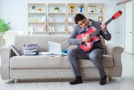 舞台役者の旦那が家で練習していたら、お隣から苦情!うちの美声も外では騒音!?