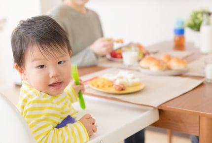 エプロンをしてくれない!1歳の子どもの食事、悩みで板挟みになるママへのアドバイスとは?
