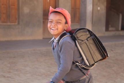 使わなくなったランドセルが異国の地で役立つ!ネパールの子どもたちに寄付できる「愛のランドセル寄付プロジェクト」とは