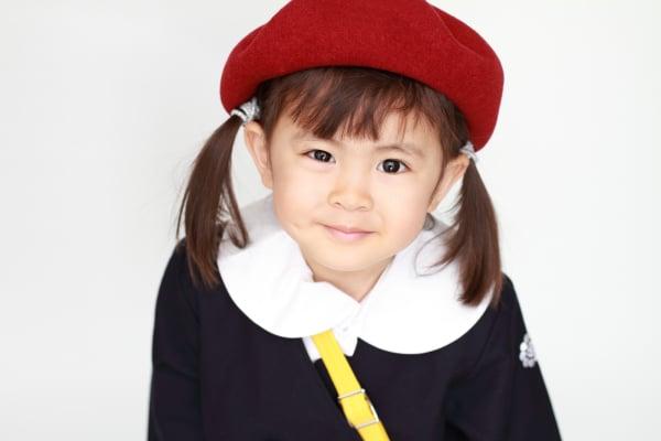 幼稚園の制服を着た幼児(3歳児)