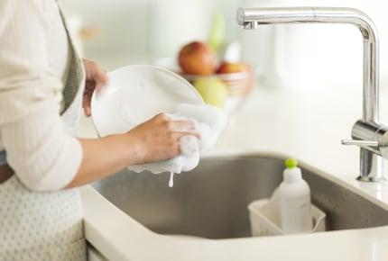 食器を洗うとき水道を止めていますか?止める派と止めない派のママたちの考えとは