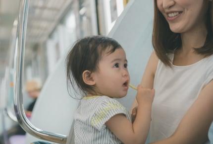 車内で子どもにグミをあげていたら「マナー違反」と注意された。ママたちの意見とは……?