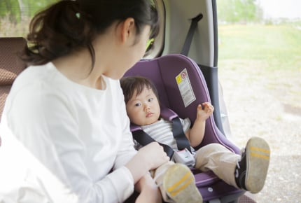 チャイルドシートのベルトを抜け出す1歳児。世の中のママがしている対策とは?
