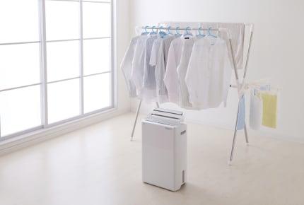 """洗濯物が乾かない!""""除湿機""""を使って乾かすコツってあるの?洗濯物がすぐに乾く人が実践していることは"""