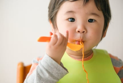 ママに食べさせて!自分で食べようとしない子、2歳過ぎたら心配した方がいい?