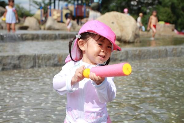 水鉄砲で遊ぶ幼児(2歳児)