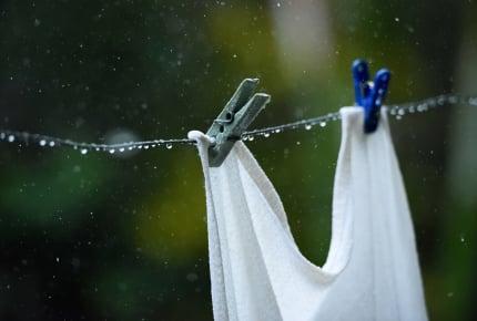 雨に濡れた洗濯物。洗い直す?そのまま乾かす?ママたちの回答とその理由とは