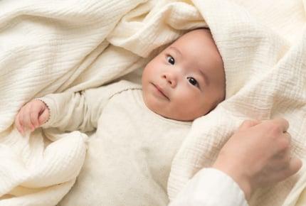赤ちゃんに厚着をさせる、白湯を飲ませる……。親世代との子育てギャップでイライラするママたち