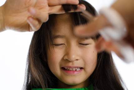 ひどいくせ毛の7歳の娘に縮毛矯正はあり?髪が傷む、からかわれる……。ママたちの考えとは