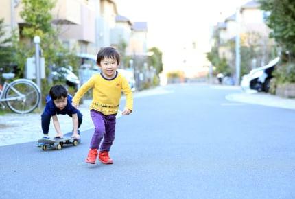 夕方6時半に子どもを遊ばせていたらご近所から注意が!「迷惑はかけていない」と主張するママに集まった声は?