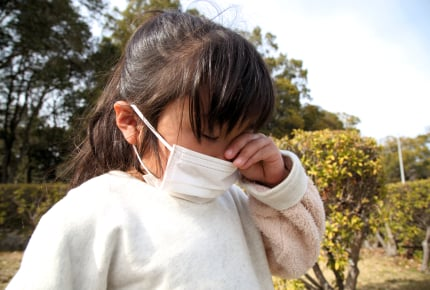 子どもがはやり目(流行性角結膜炎)になったら園や学校は休まないといけないの?外遊びはできる?