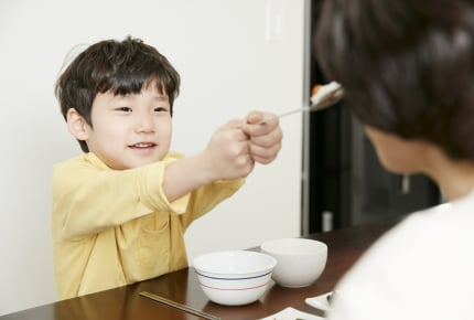 スプーンを使わずに手づかみでご飯を食べる3歳児。お箸やスプーンを使わせる方法はある?