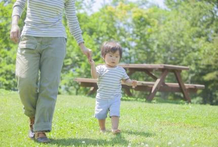 屋外で子どもを裸足で遊ばせるママは約半数。足裏刺激で得られるものとは?