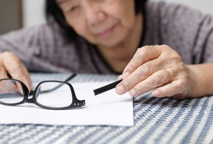 1歳の我が子が義母のメガネを壊してしまった!弁償してと言われたママは、どうすればいい?