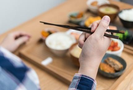 大人がお箸を正しく持てないと恥ずかしいですか?お箸のマナーについてママたちが語る