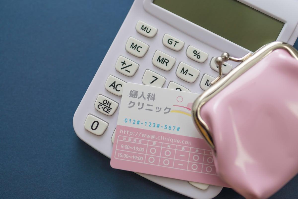 電卓とカードと財布