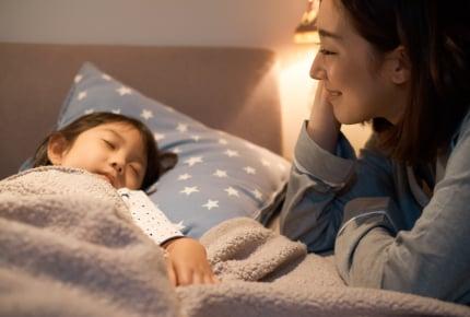 布団に寝ると子どもがくっついてきて狭い!身体が痛くて辛いママが解決できる方法はある?
