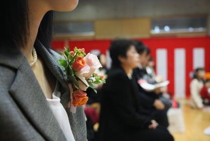 子どもの卒業式や入学式のママの服装。コサージュやブローチを付ける?