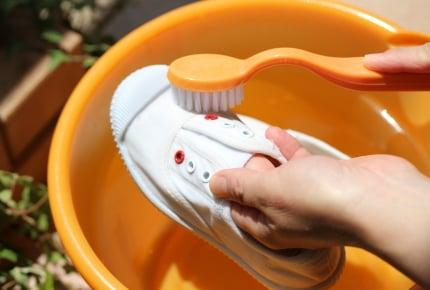 子どもが持ち帰った真っ黒な上履きは、どこでどのように洗っていますか?驚きな方法をとるママたちも!