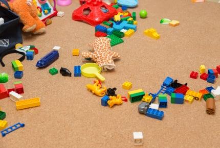 子どもたちがリビングにおもちゃを持ってきて遊ぶので散らかり放題!なんとかしたいママへの対策法とは