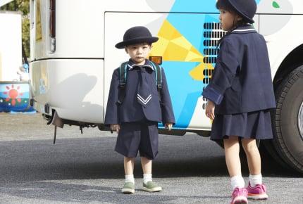 上の子のバス送迎のときに下の子にハーネスをつけるのはアリ? 抱っこ紐や三輪車など、他の方法で対応するママも