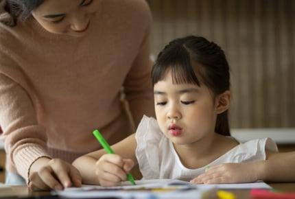 子どもに勉強を教えるとイライラしてしまうママ。どうすれば怒らずに教えることができる?
