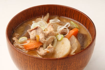 「豚汁に納豆ご飯だけは質素すぎる」とママ友に言われた!みんなはこのメニューをどう思う?