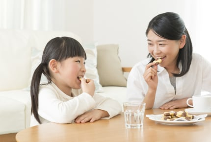 おやつは子どもより多め?精神年齢の低さを自覚するママたちの告白集