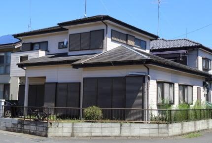 ご近所に住む年配夫婦の家の窓用シャッター。何十年も閉まったままな理由をママたちで考えてみた!