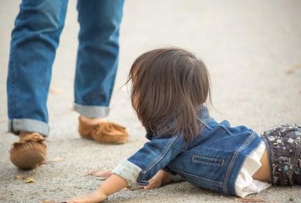 子どもが転んだときに「痛かったね」と声かけするのはNG?我が家流の声かけは?