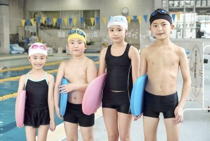 学校のプールは中止だけれどスイミングスクールは再開された……。子どもを行かせる?ママたちの選択とその理由とは