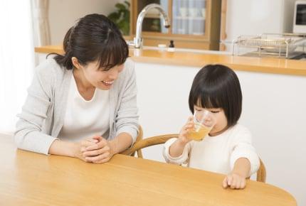 """2歳の子が""""コップ飲み""""をしてくれない……。どうやって練習をすればいい?"""