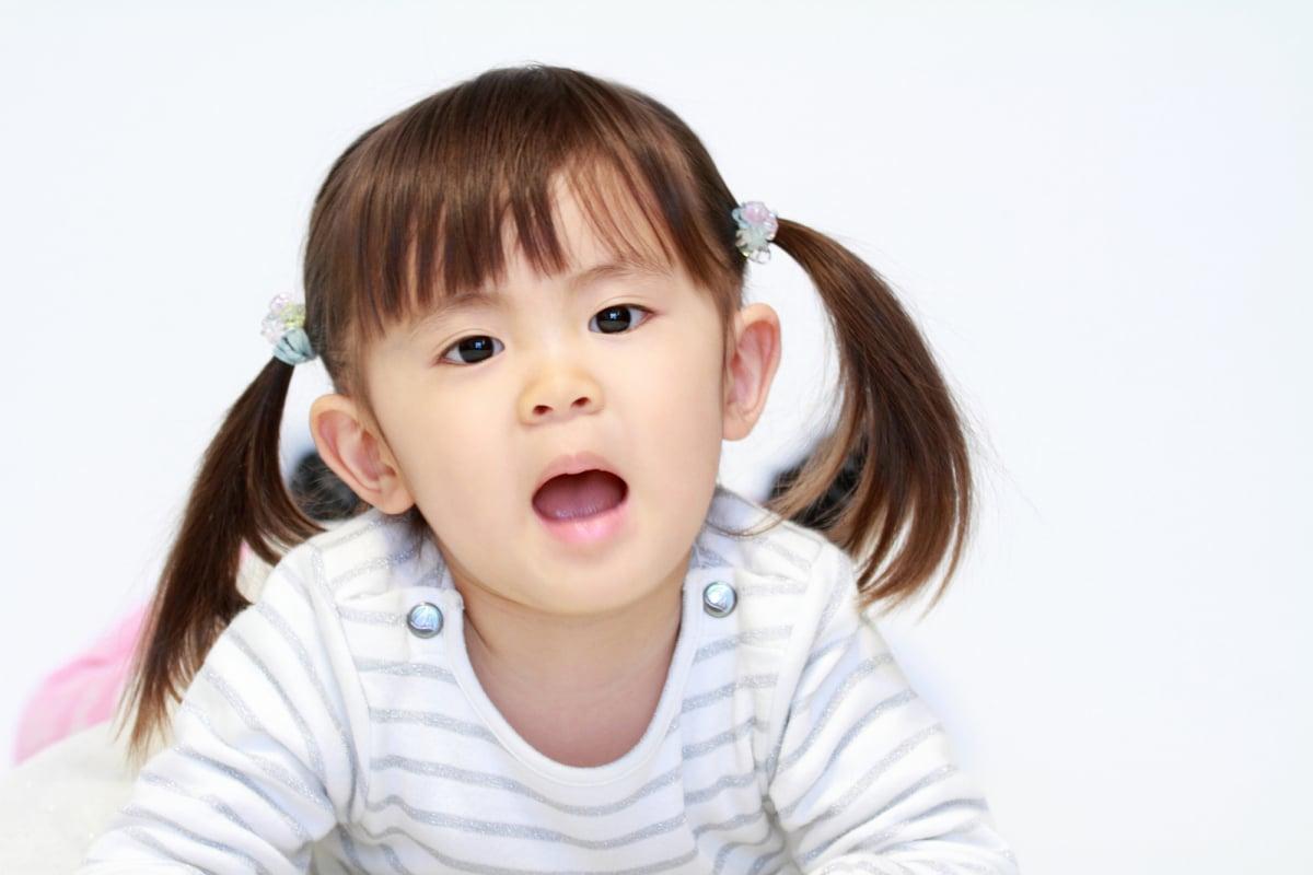 横になる幼児(2歳児)
