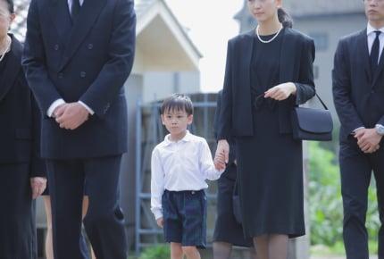 義母の葬儀で子どもが黒のスニーカーを履いたら非難された!葬儀にふさわしい子どもの履き物とは