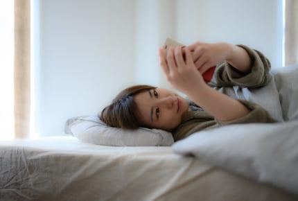 家族が寝静まった後、子どもが小さかった頃の写真やビデオを見て涙するママたち